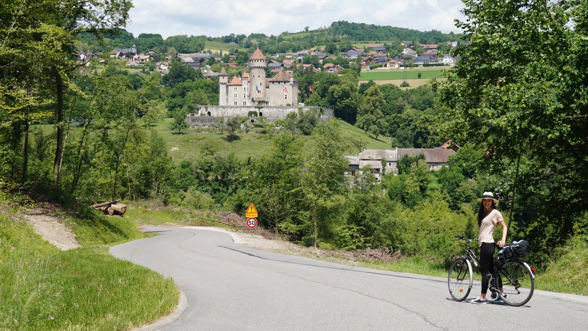 Chateau de Montrottier pe fundal in timp ce coboram spre Gorges de Fier
